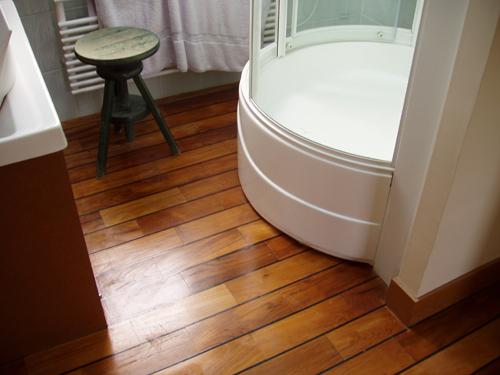 idée parquet teck salle de bain